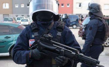 """الشرطة الفرنسية """"تقتل مسلحا"""" احتجز رهائن داخل متجر"""