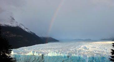 """صور..""""قوس قزح"""" يرسم لوحة ساحرة فوق نهر """"مورينو"""" الجليدى فى الأرجنتين"""