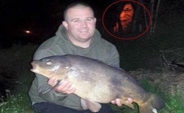 شبح مخيف يظهر في خلفية صورة لصياد مع سمكته