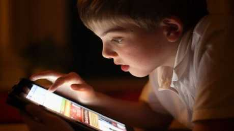 خبراء: البث المباشر يهدد الأطفال ويعرضهم للابتزاز