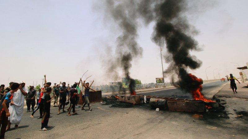 """العراق.. متظاهرون يقتحمون مطار ومجلس """"النجف"""" احتجاجًا على أداء الحكومة"""