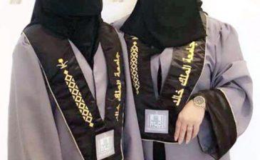 أم وابنتها تتخرجان معاً من الجامعة