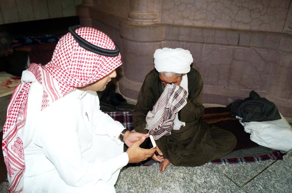 «رمضان» يُبكي ثمانينيا عاش نصف عمره بالمسجد النبوي