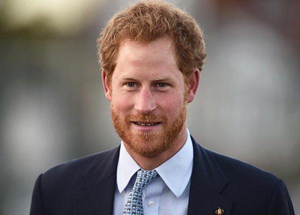 الأمير هاري يشتري لخطيبته مقعدًا في طائرة بجانب الحمام