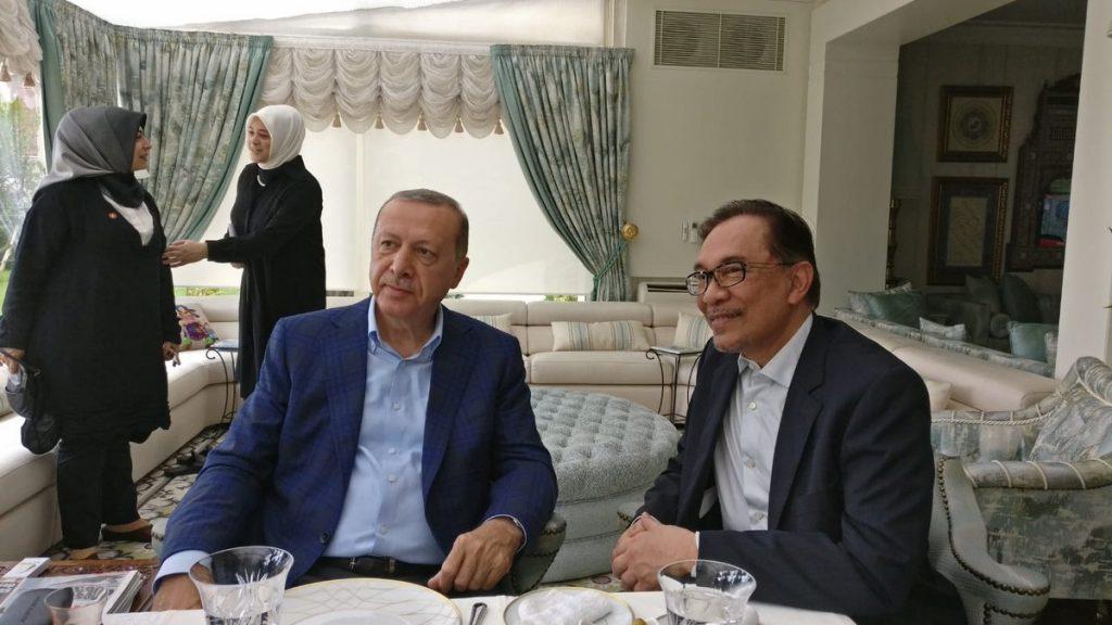 صلاة الجمعة تجمع بين أردوغان والماليزي أنور إبراهيم في إسطنبول