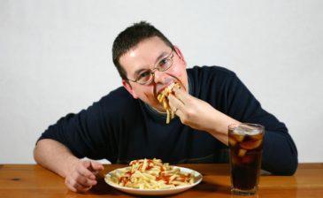 تناول الطعام بسرعة يتسبب بمخاطر لا تتوقعها