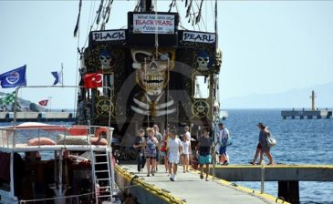 """القراصنة """"سفن"""" تبهر زوار بودروم التركية"""