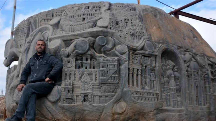 """في درعا.. حضارات العالم منحوتة على صخرة """"الحب والسلام"""""""