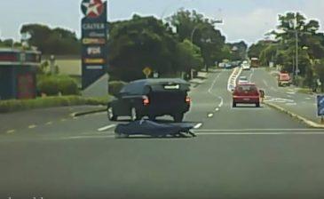 جثة تسقط من سيارة في مفترق طرق