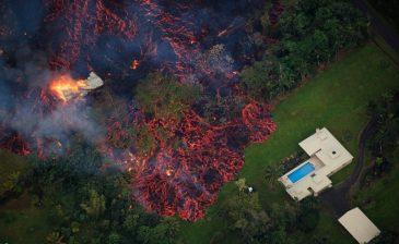 جانب من الحمم البركانية التي اجتاحت جزيرة «بيج إيلاند» في ولاية هاواي الأمريكية ودمرت 26 منزلاً